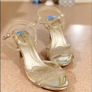 NWOB Bandolino gold strappy high heel sandals